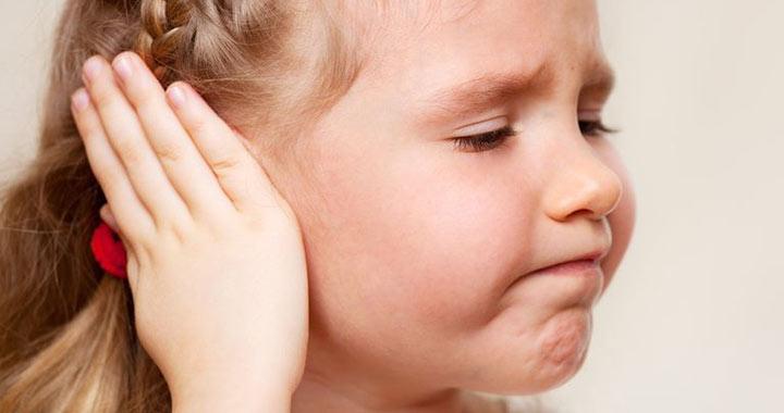 csecsemő fejrázás tünetei)