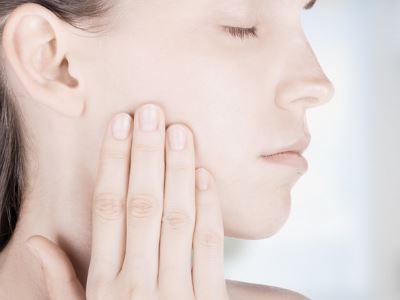 szájszagot és fehér csomókat okoz
