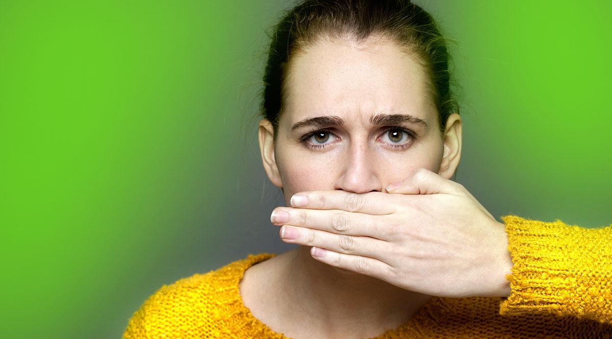 szájából folyamatosan kellemetlen szagú